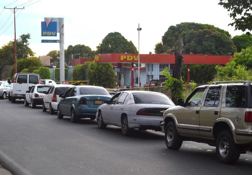 Caracas, La Habana y por qué los venezolanos hacen colas por gasolina